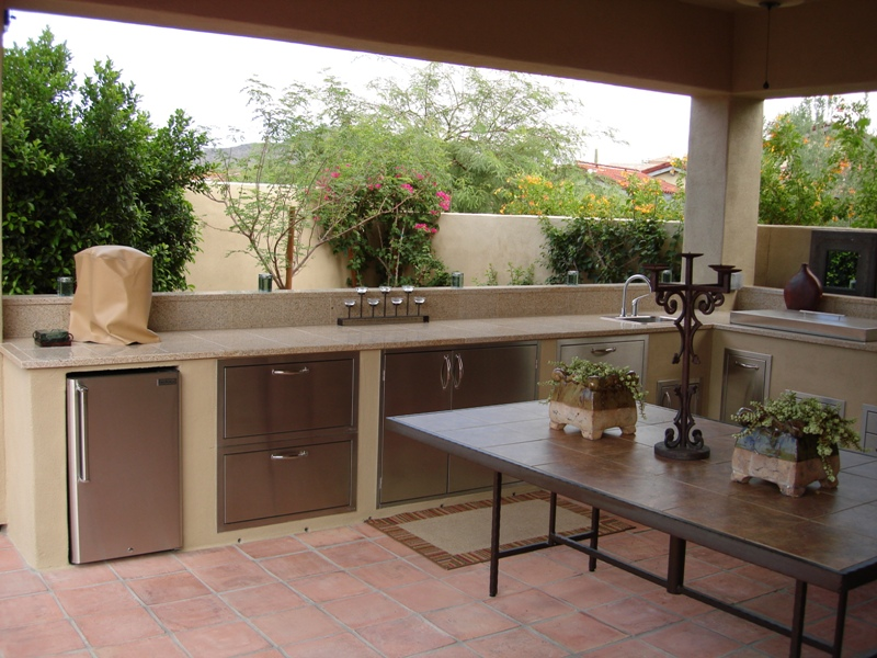 An outdoor kitchen design any Scottsdale or Phoenix homeowner would love. It's got everything you could need.